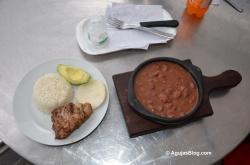 Frijolada con arroz, aguacate, arepa y chicharrón. Mmmmm.